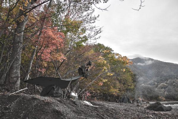 美しい秋の湖畔野営