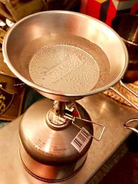 soto_アミカス_シェラカップで水を温める