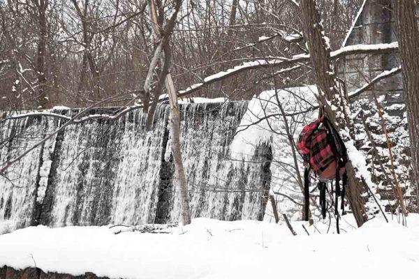 冬の砂防ダムとバックパック