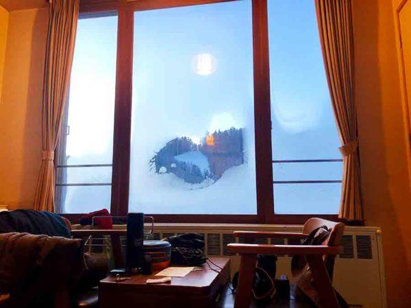 タウシュベツ川橋梁旅_2日目_朝6時半前。窓が凍って外がほぼ見えない…