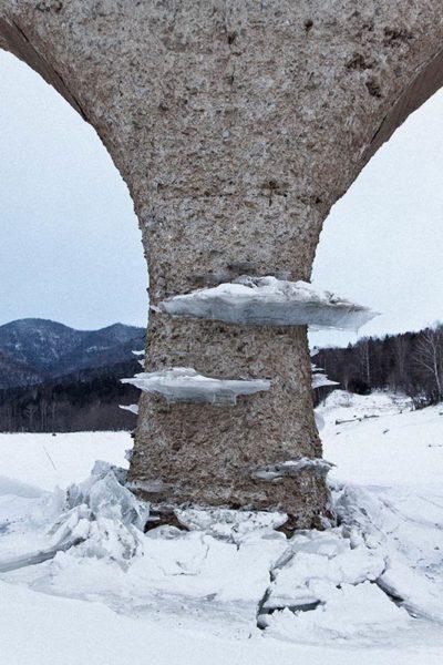 タウシュベツ川橋梁_写真集_2019_冬_橋梁と氷の腰掛け